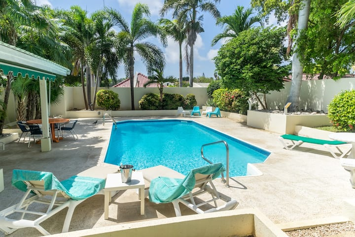 The Nomad | centrally located | 2-4p | large pool