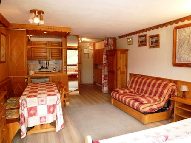 Studio for 5 persons in Tignes next to the slopes, the shops and close to the ski school and the tourist office in le Lac area