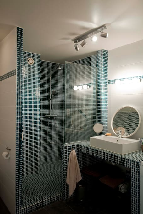 """A l'italienne"" spacious bathroom"
