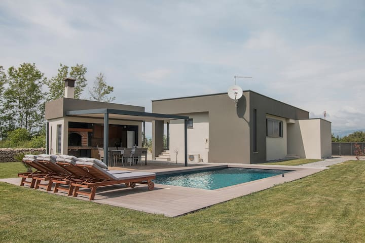 Villa with private swimming pool for 6 people