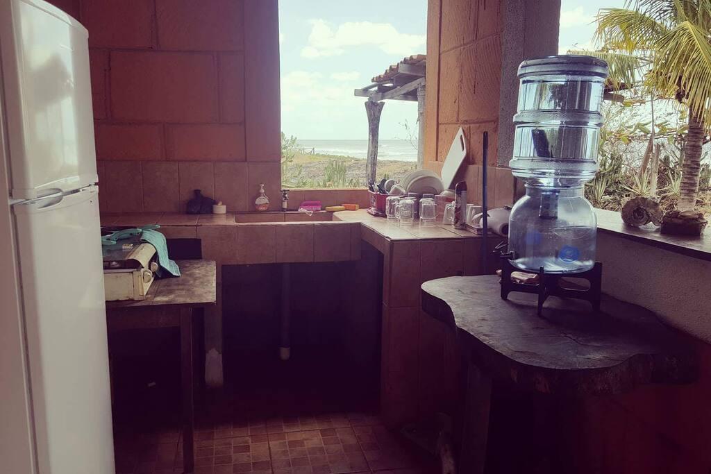 We have a small kitchen with a beautiful view.  On a una petite cuisine mais avec una jolie voir clair du paysage  Tenemos una pequeña cocina con una vista espectacular.