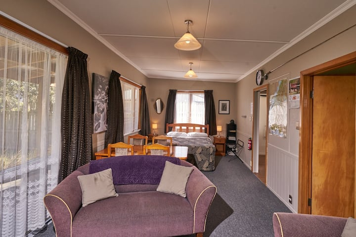 The Bach - One bedroom Cottage @ 226B Milford Rd