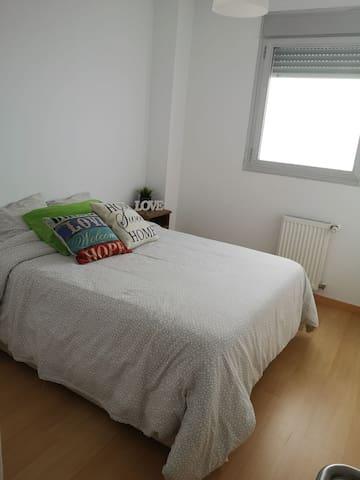 Habitación confortable en piso nuevo compartido