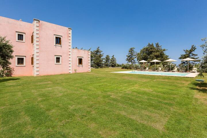 Huge outdoor area in a plot of 1000m2..