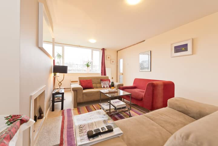 Stylish 2 bed by sea- large living rm, TV and wifi