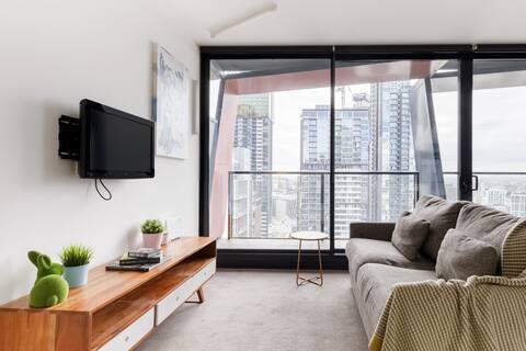 Stunning Skyline Views from an Art-Inspired Apartment
