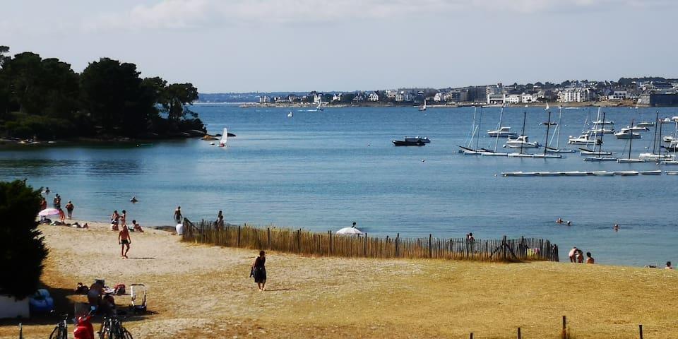 Vue de la plage depuis le balcon. Préparez les serviettes et le parasol.