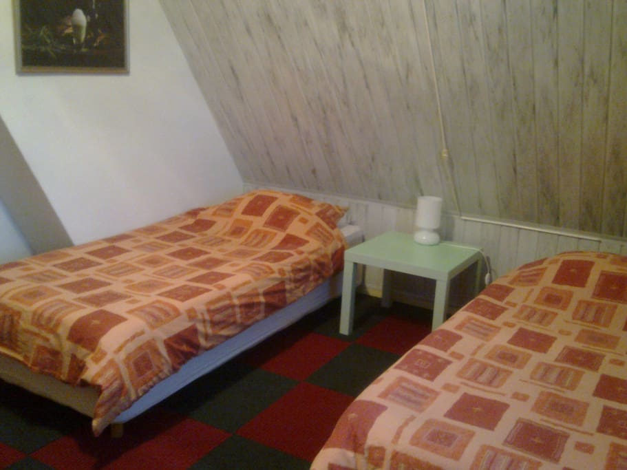 9 super clean rooms with Wifi, TV, private sink, central heating