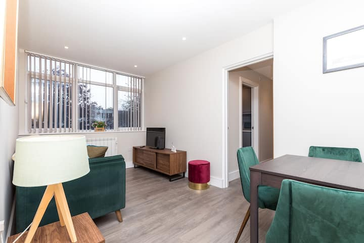 FULLY FURNISHED Close To Town Centre&Train Station