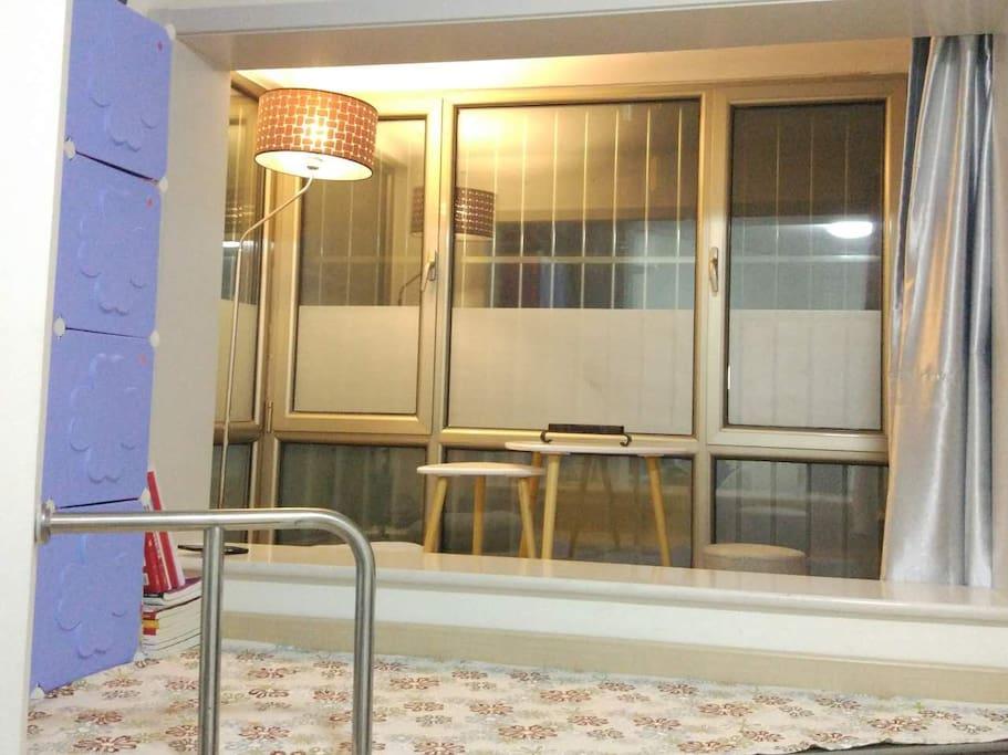 屋里最温馨的地方 飘窗的阳台,铺上地毯,坐着听风听雨