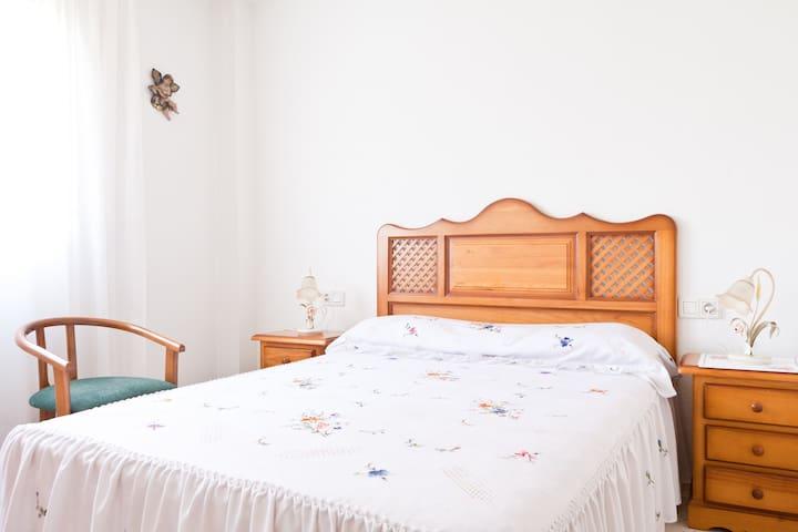 Habitación doble con 1 cama de 135 cm. y aseo interior completo con bañera. tienen también TV y DVD en la habitación.