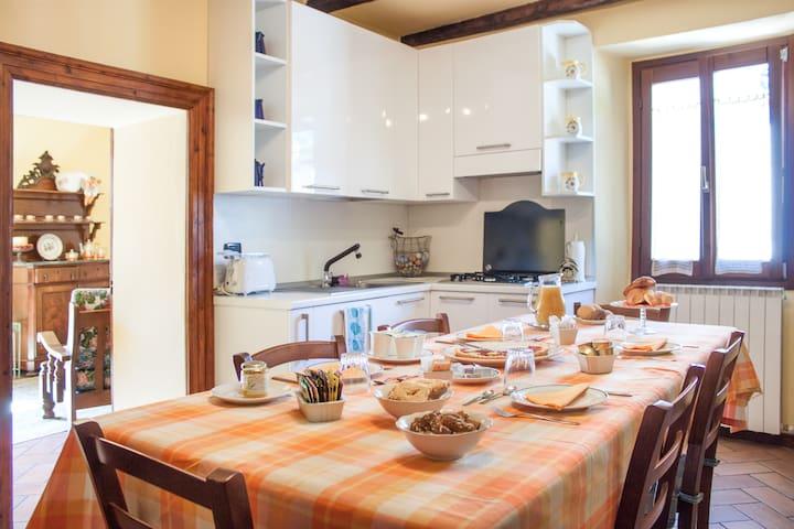 Sala da pranzo dove si consuma un'abbondane colazione