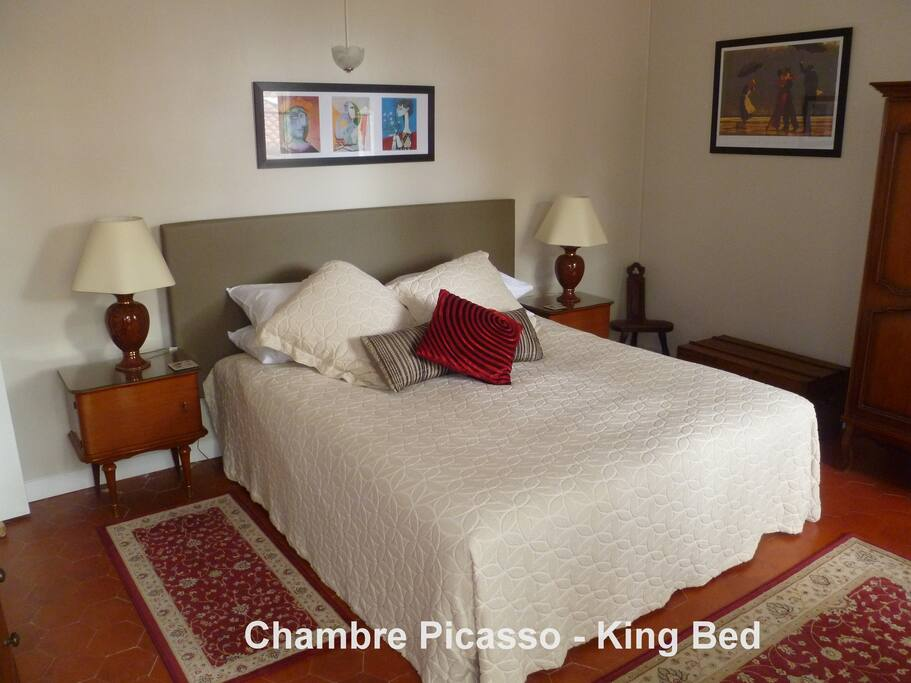 Chambre Picasso offers a very comfortable king ensemble