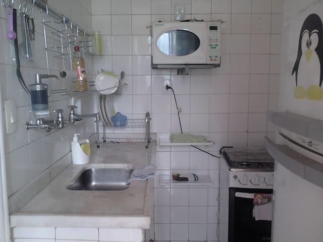 Cozinha - Microondas, fogão e utensilios.