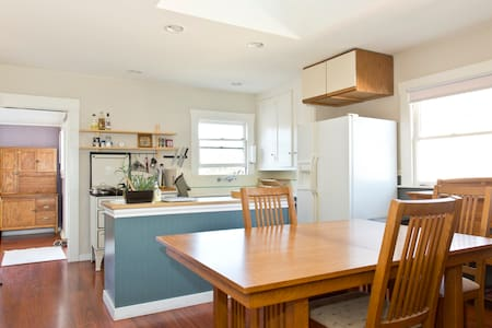 Bungalow with hot tub, WEEKLY only - Emeryville - House