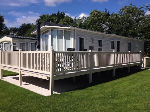 Modern 2 bed caravan near lakeside - South Cerney - Inny