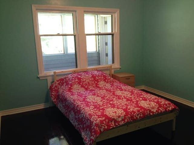 Crayola Home- Teal PRIVATE Room - Seattle - House