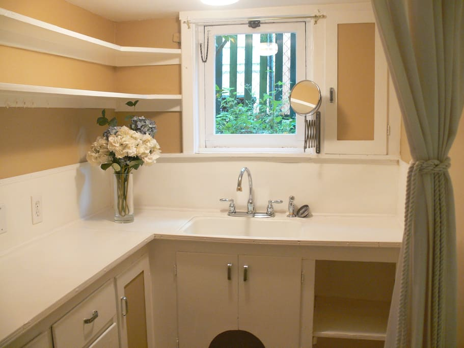 Weird study, nook area in between bedrooms, formerly a laundry room. Bring your laptop and work in here!