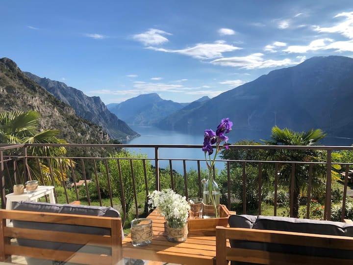 GARDEN 5: new flat, stunning views on Lake Garda