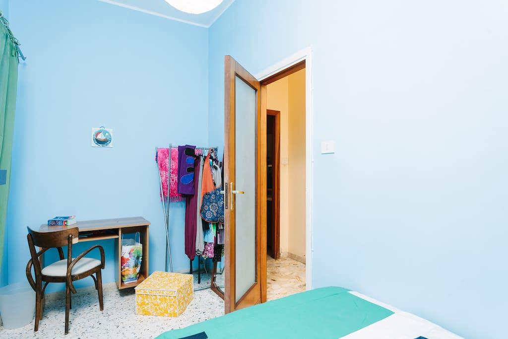 Camera singola con letto a una piazza e mezza/Bedroom with queen-size bed