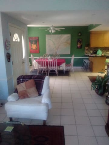 Tranquil Townhouse. 2br/1.5bth. Centrally located.