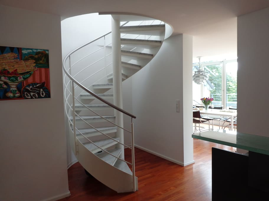 spiral staircase to the guest-room with bath