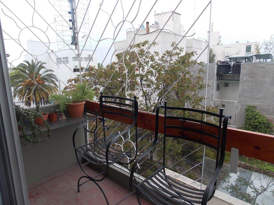 balcón con plantas y  acogedora vista