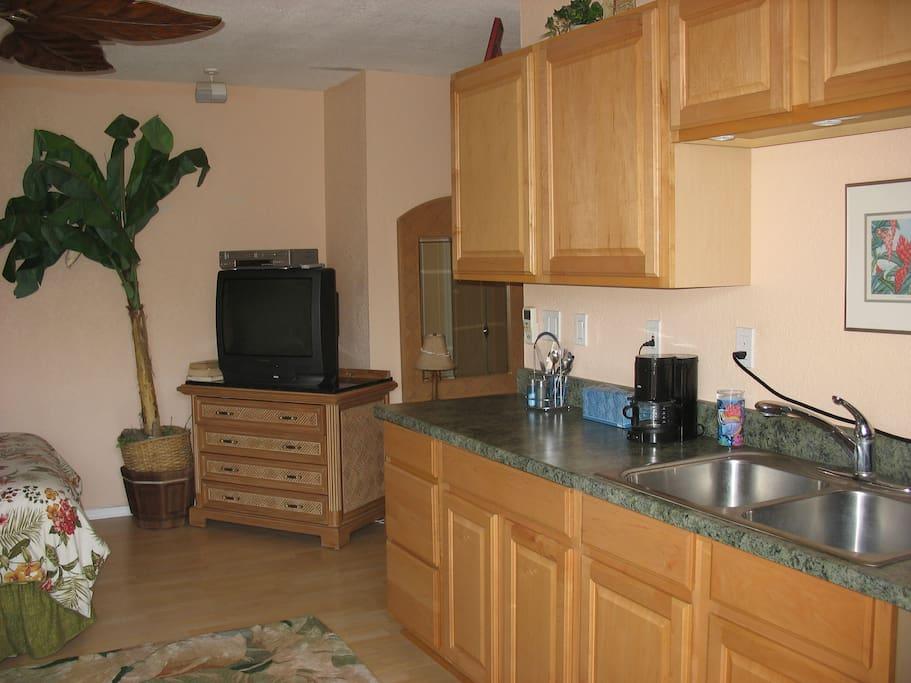 Kitchenette to cook basic food...coffee maker, fridge, microvawe, toaster.....