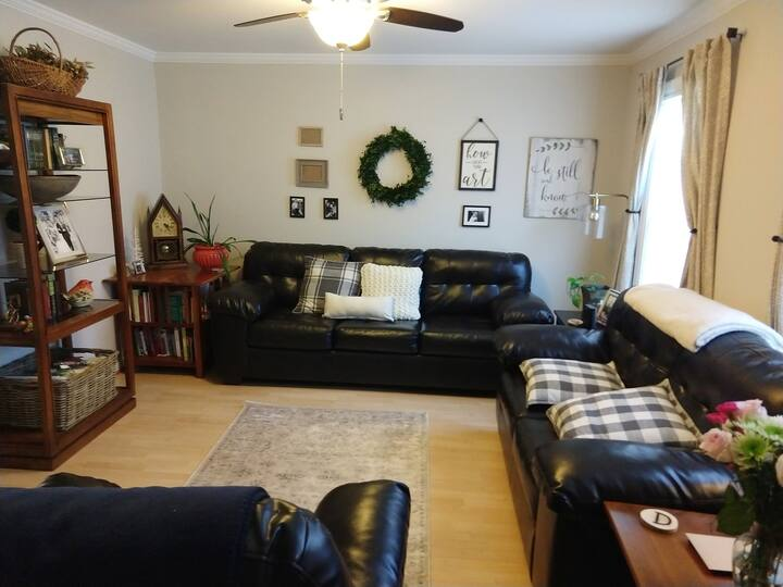 3BR/2BA Family Friendly Townhouse in Westend