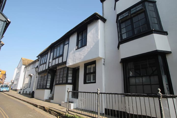 Romantic Tudor Cottage in Hastings Old Town