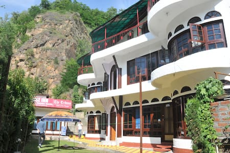 Rose Inn on Dal Lake