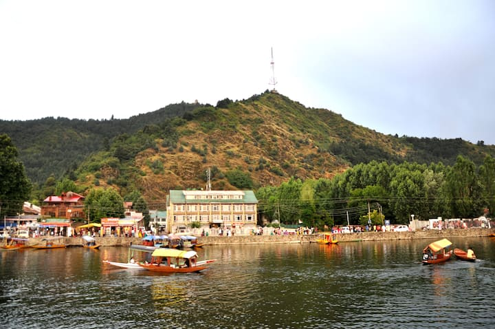 Jilwi Palace Houseboat on Lake Dal