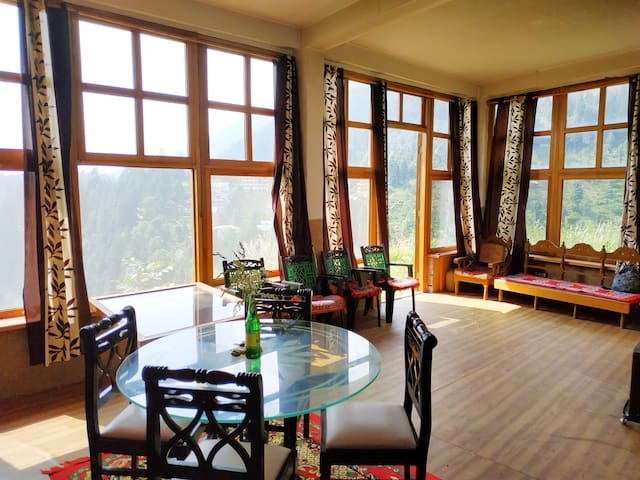 Hill top house 2br, incredible view, old Manali.