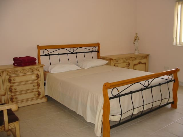 ATTARD: GUEST ROOM WITH QUEEN SIZE BED