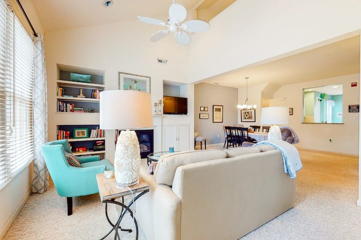 Bear Trap Dunes 2nd floor condo w/ tennis court, balcony, and basketball court