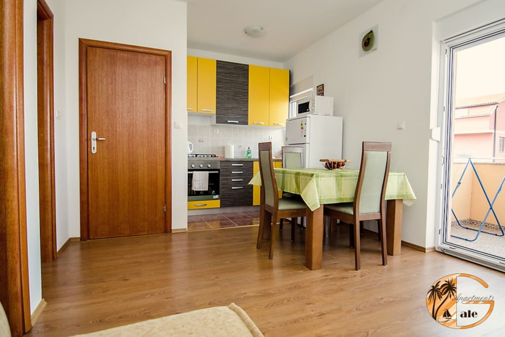 Fully equipped kitchen & dining room