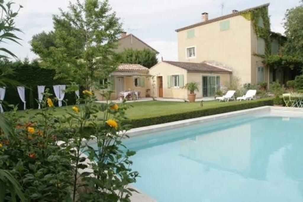 Maisonnette avec terrasse piscine maisons louer for Prix piscine 10x5m