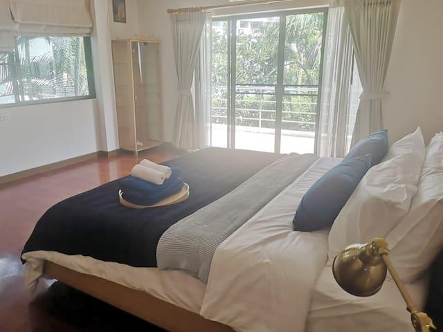 2.4米超大双人床,独立阳台,独立卫浴,天然乳胶床垫。适合情侣,夫妻,家庭旅游。