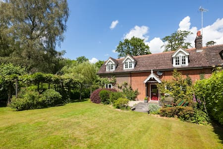 Rural cottage with woodland views - Handcross