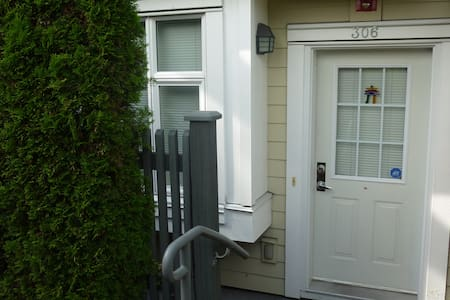 Attractive 2BD Townhouse in Burnaby