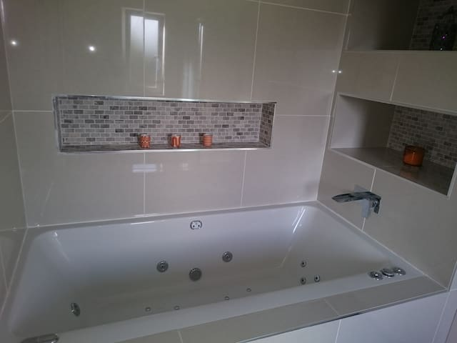 Modern double room + jacuzzi bath - Edinburgh