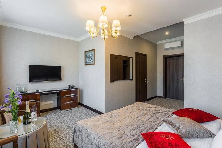 Улучшенный номер с большой двуспальной кроватью 1