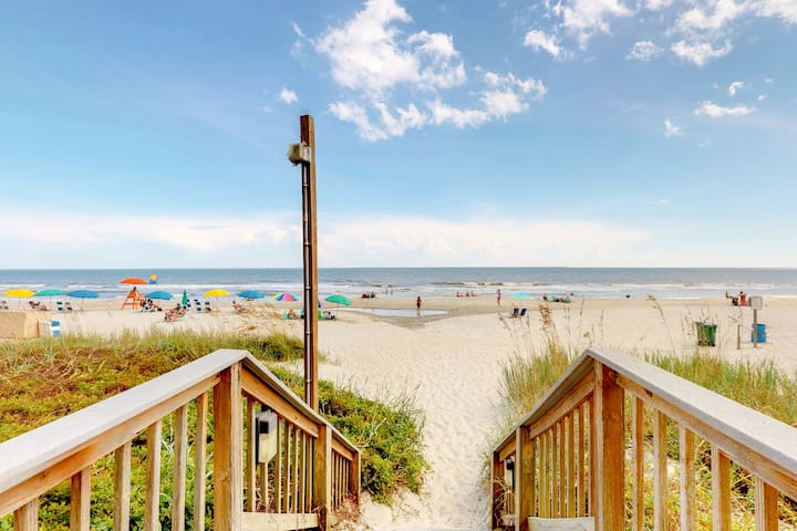 Oceanfront condo w/ huge balcony & shared pools/hot tub/game room!