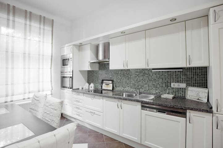 Stylish and Spacious Apartment (90m2) in Center