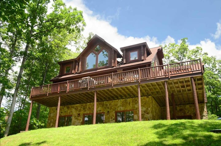 Lake Access Home w/Hot Tub, Pool Table, Corn Hole, & Fire Pit!