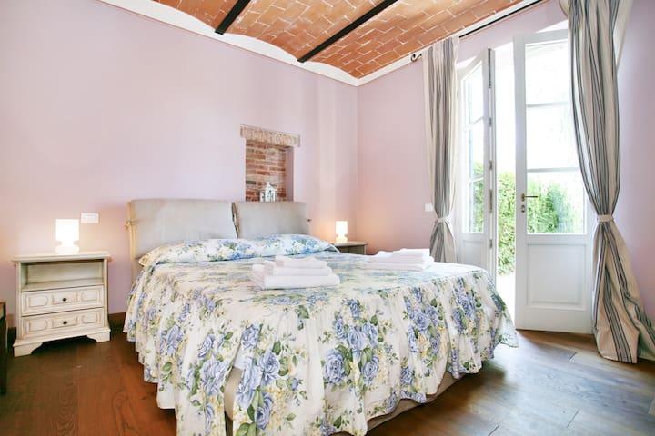 Sand's Room Double En-Suite Bedroom with its own Bathroom - Ground Floor