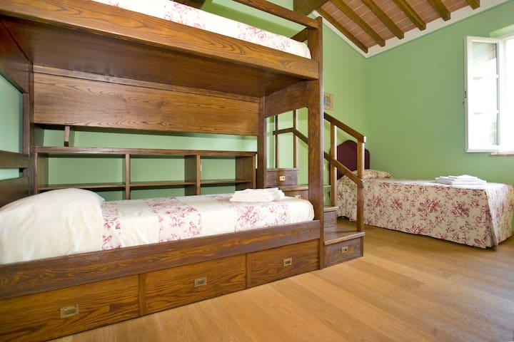 Ivy's Room Triple En-Suite Bedroom with a Bunk Bed + a Single Bed - 1st Floor