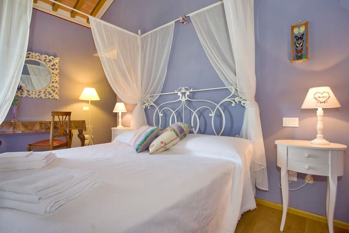 Lavender's Room Double En-Suite Bedroom with four-posted bed and its own Bathroom - 1st Floor