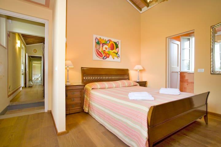 Orange's Room Double En-Suite Bedroom with its own Bathroom - 1st Floor