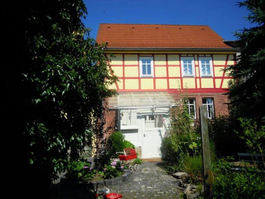 Charmantes fachwerkhaus am bach cottages for rent in for Big houses in germany